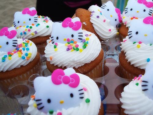 http://houseofkitty.files.wordpress.com/2008/08/hello_kitty_cupcakes_1.jpg