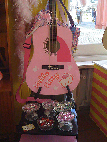 hello kitty guitar in pink