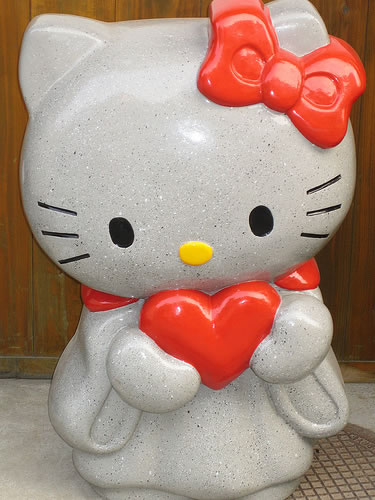 hello kitty with heart statue